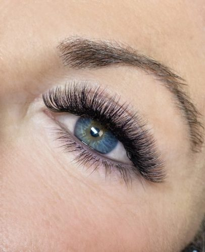closeup of eye with a full set of hybrid eyelash extensions